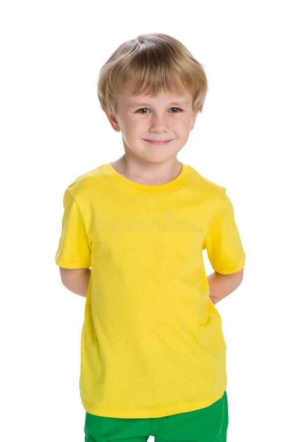 Ragazzino allegro in una camicia gialla immagini stock libere da diritti