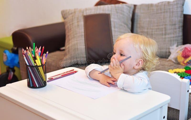 Ragazzino allo scrittorio Classi con il bambino fotografia stock libera da diritti