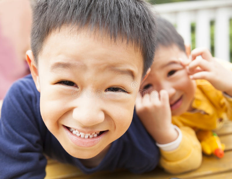 Ragazzino asiatico felice due fotografie stock libere da diritti