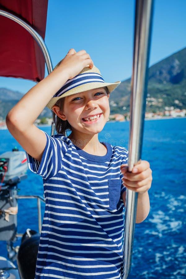 Ragazzino a bordo dell'yacht di navigazione su crociera di estate Avventura di viaggio, navigazione da diporto con il bambino sul immagine stock libera da diritti