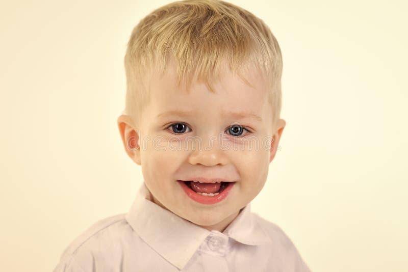 Ragazzino in camicia bianca, affare Bambino con capelli biondi, modo fotografia stock libera da diritti
