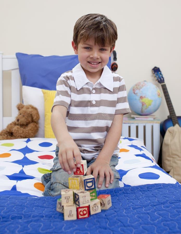 Ragazzino che gioca con i cubi di alfabeto immagini stock
