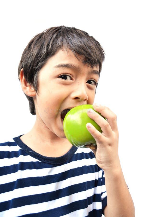 Ragazzino che mangia mela verde
