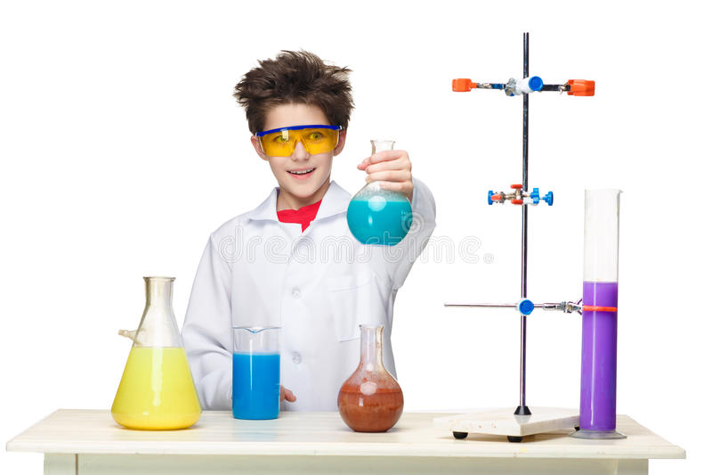 Ragazzino come chimico che fa esperimento con fotografia stock