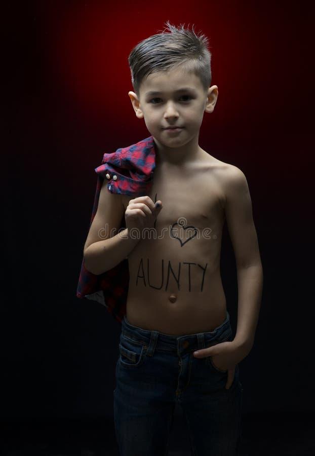 Ragazzino con il messaggio di aunty di amore di I scritto su lui fotografia stock libera da diritti