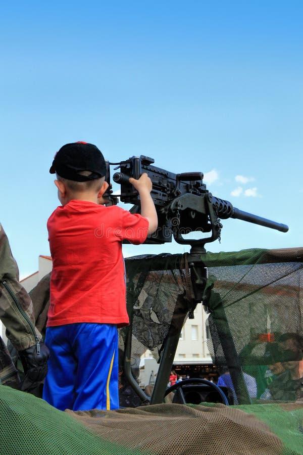 Ragazzino con la mitragliatrice fotografia stock
