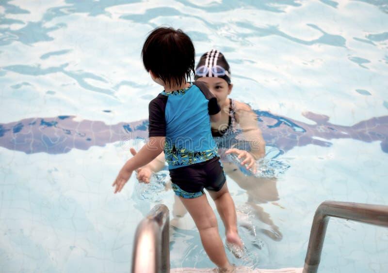 Ragazzino del primo piano che salta su una piscina fotografie stock libere da diritti