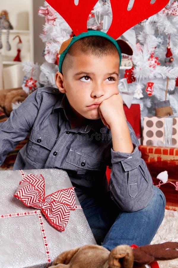 Ragazzino deludente al Natale fotografie stock libere da diritti