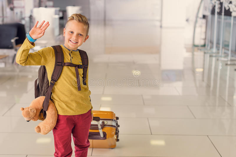 Ragazzino di Adoralbe all'aeroporto immagini stock