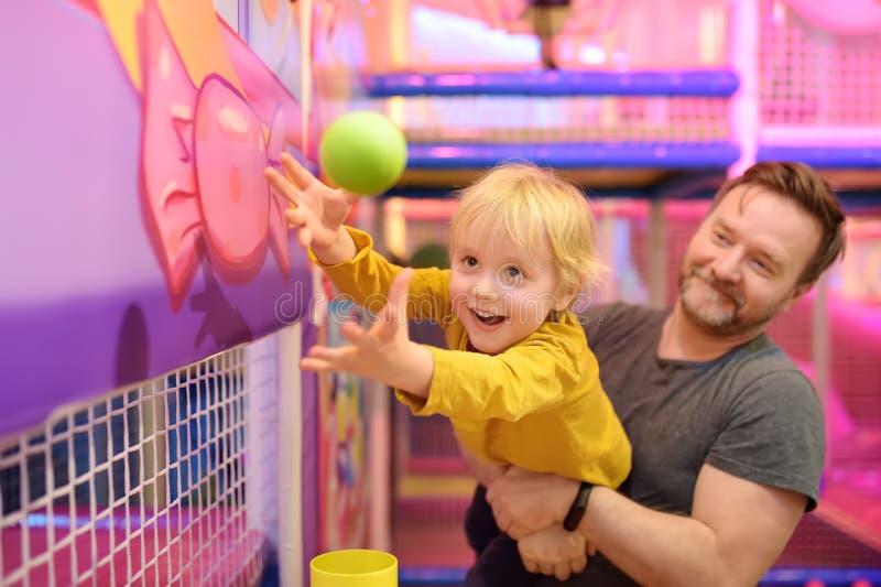 Ragazzino divertendosi nel divertimento nel centro del gioco Bambino che gioca dalla palla magica fotografia stock