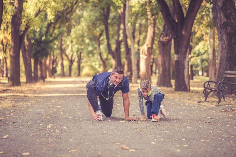 Ragazzino ed suo padre che risolvono insieme fotografia stock libera da diritti