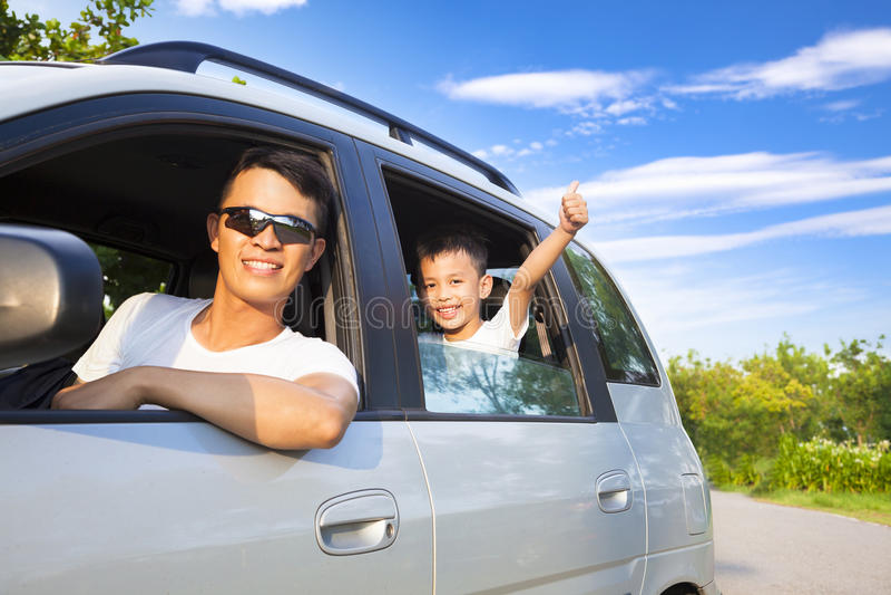 Ragazzino felice con il padre che si siede nell'automobile fotografia stock libera da diritti
