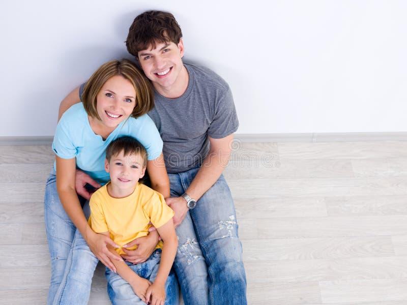 Ragazzino felice del wih della famiglia - high-angle immagini stock