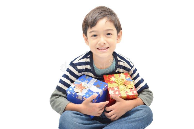 Ragazzino soddisfatto del contenitore di regalo
