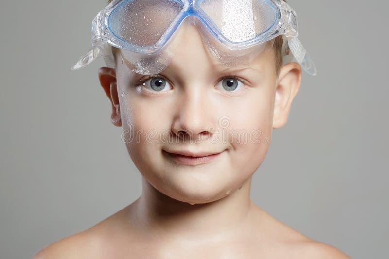 ragazzino sorridente nella maschera di nuoto Bambino bagnato immagine stock libera da diritti