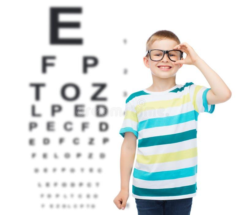 Ragazzino sorridente in occhiali immagini stock libere da diritti