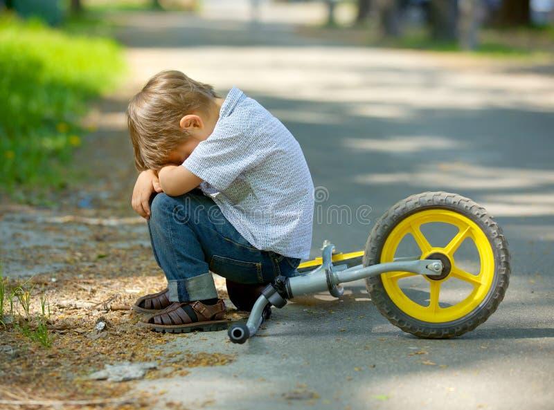 Ragazzino su una bicicletta immagini stock libere da diritti