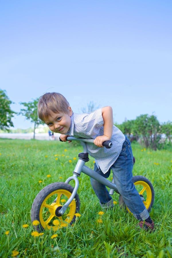 Ragazzino su una bicicletta immagini stock