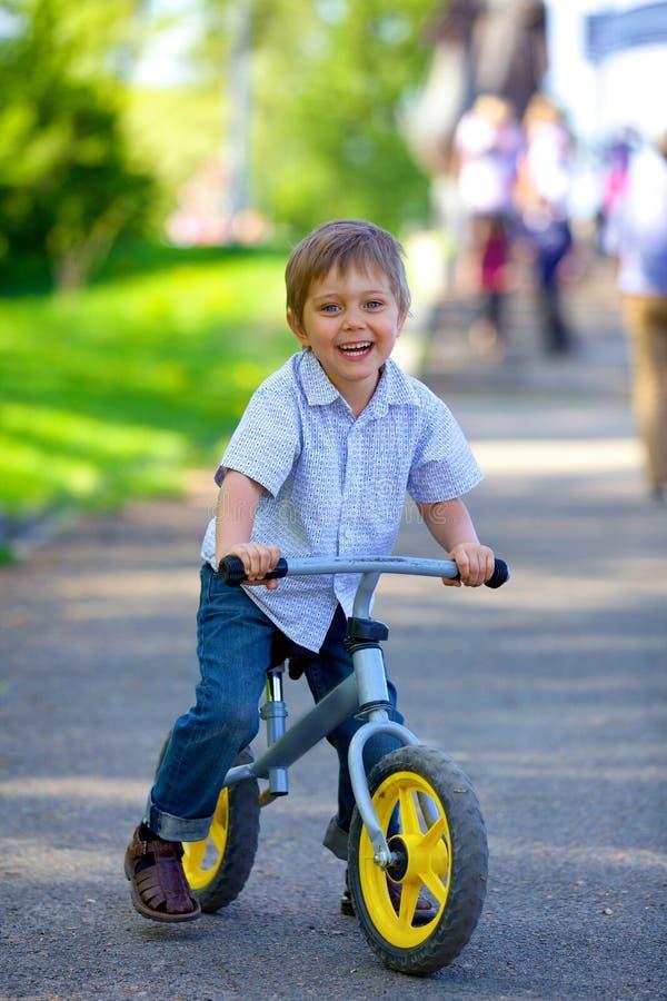 Ragazzino su una bicicletta fotografia stock libera da diritti