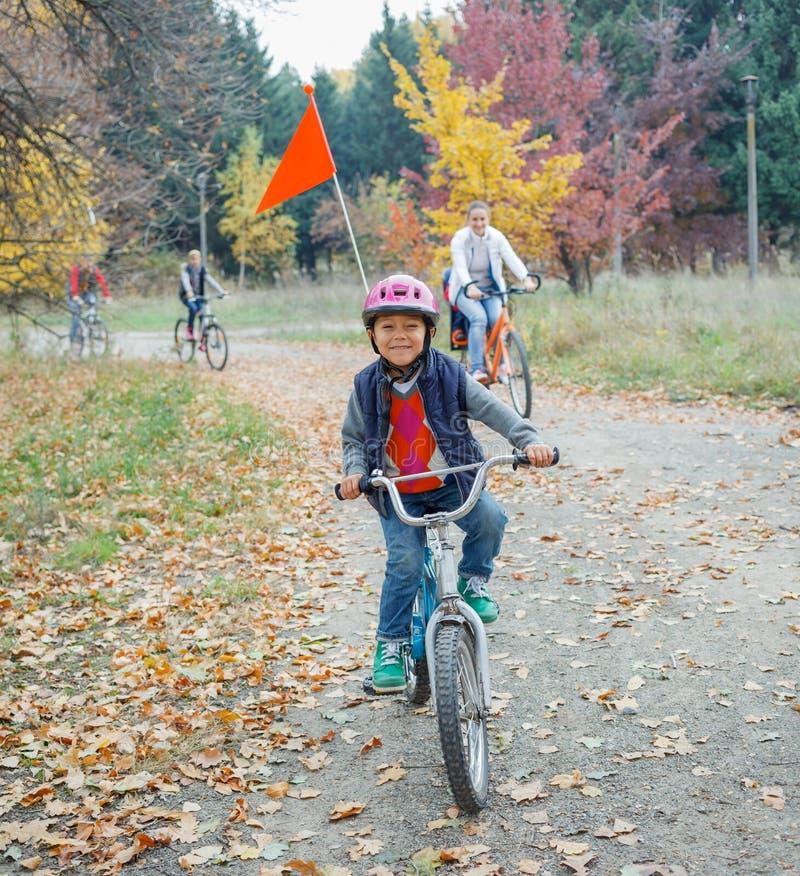 Ragazzino sulla bicicletta immagine stock libera da diritti