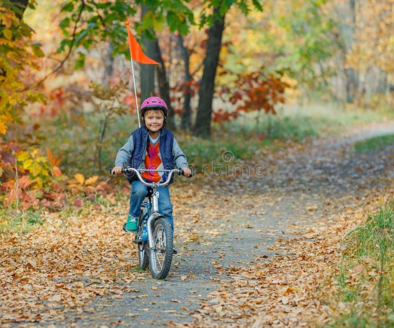 Ragazzino sulla bicicletta fotografia stock
