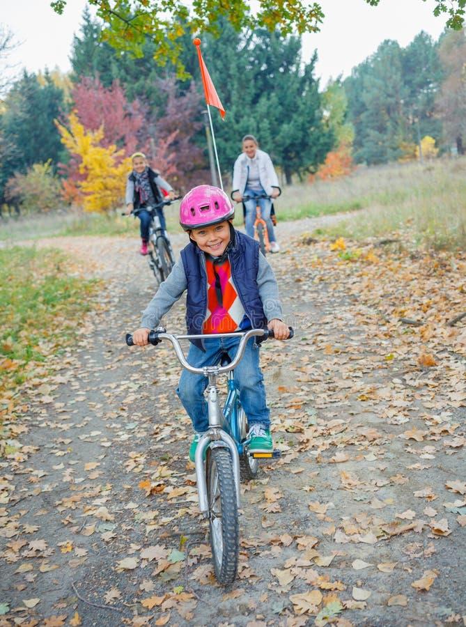 Ragazzino sulla bicicletta fotografia stock libera da diritti