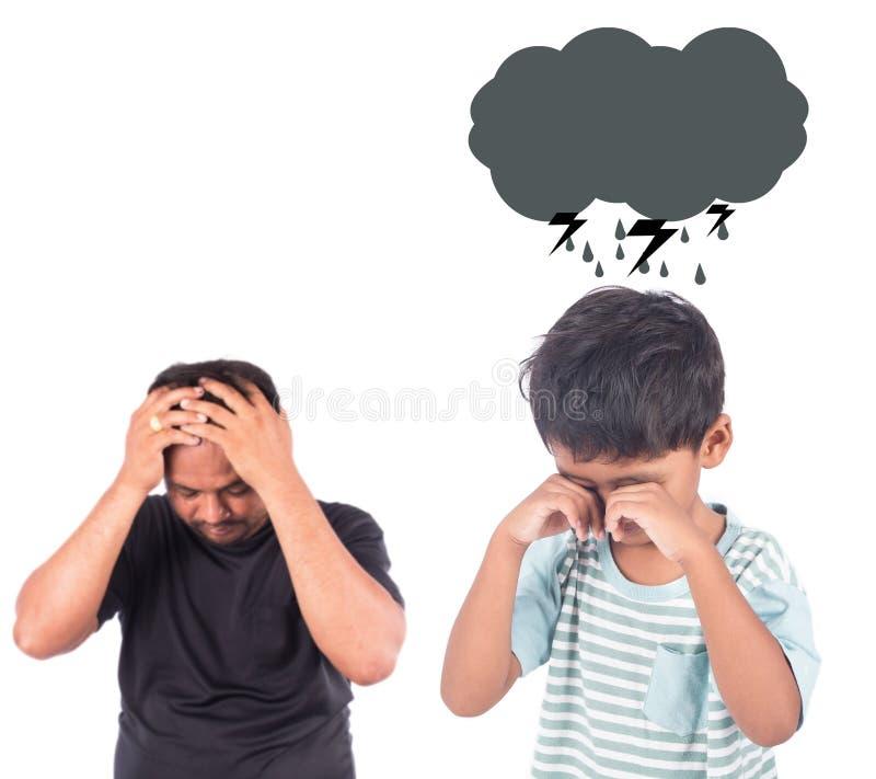 Ragazzino sveglio arrabbiato suo padre fotografia stock libera da diritti