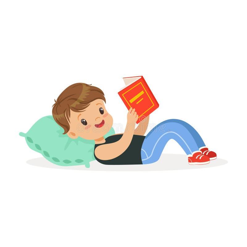 Ragazzino sveglio che si trova su un cuscino e che legge un libro, bambino che gode della lettura, illustrazione variopinta di ve illustrazione vettoriale