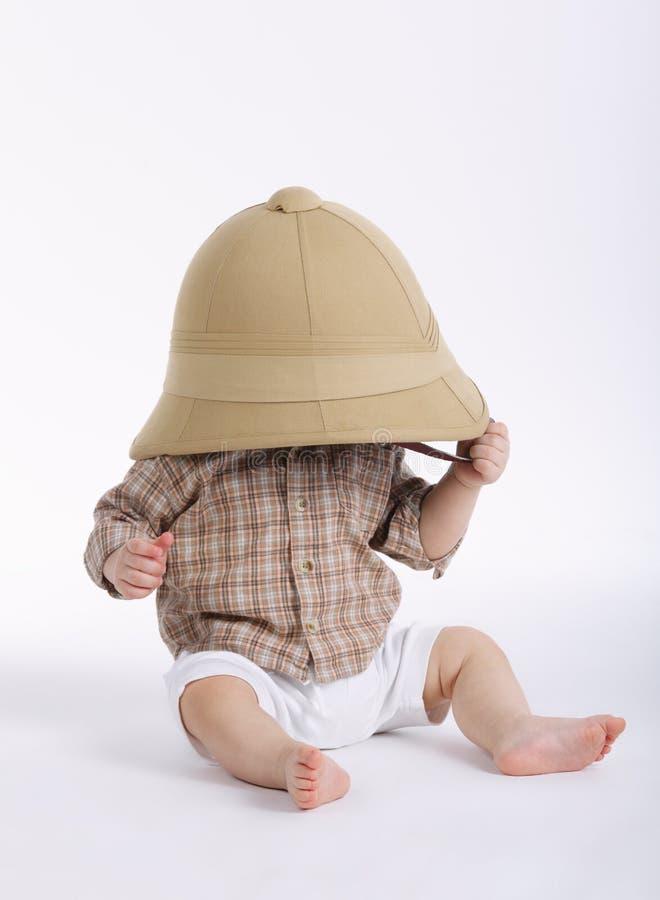 Ragazzino sveglio con il cappello di safari immagini stock