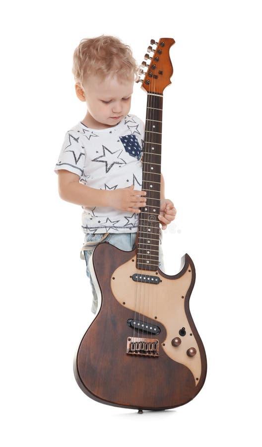 Ragazzino sveglio con la chitarra elettrica immagine stock libera da diritti