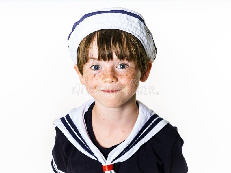 Ragazzino sveglio vestito nel vestito di marinaio fotografie stock libere da diritti