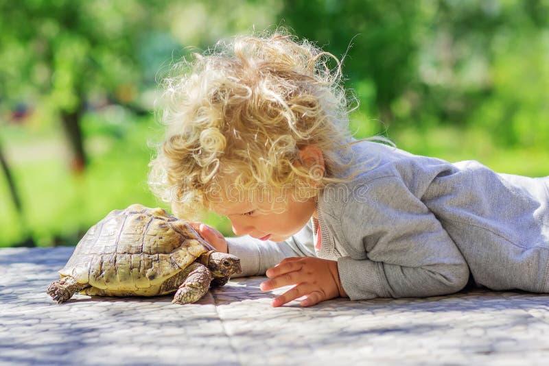 Ragazzo adorabile con la tartaruga fotografie stock libere da diritti