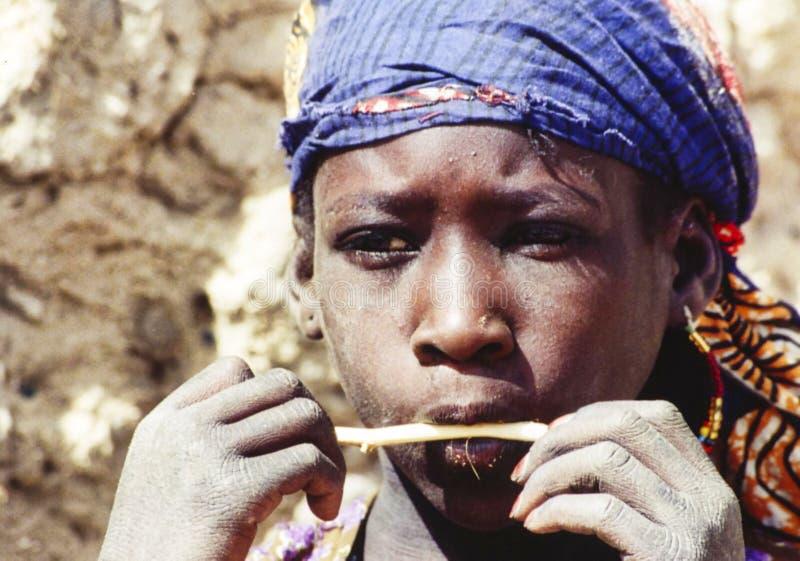 Ragazzo africano povero dei bambini timido e curioso vedere i turisti immagine stock libera da diritti