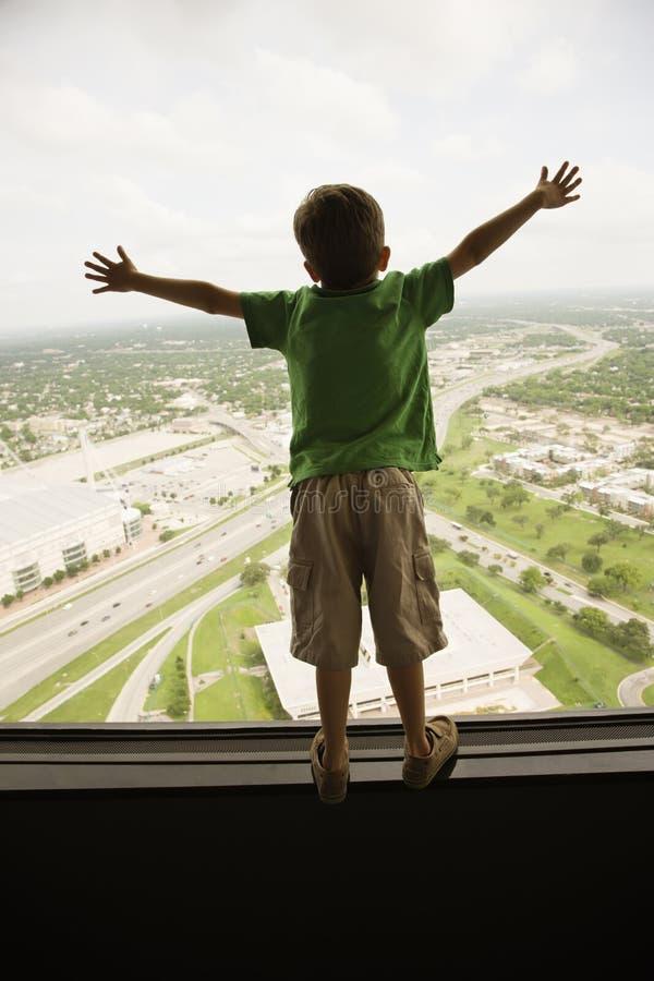 Ragazzo alla finestra. fotografia stock