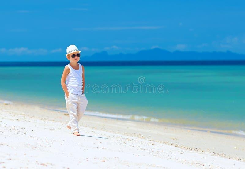 Ragazzo alla moda del bambino che cammina la spiaggia tropicale fotografie stock