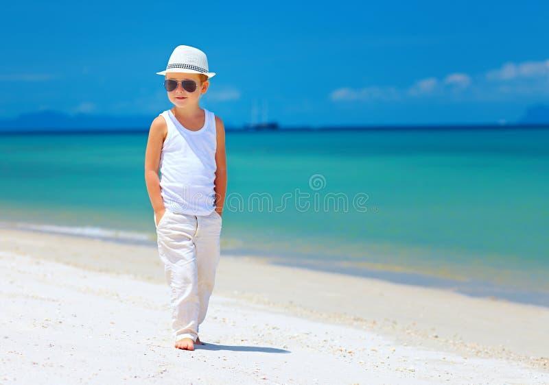 Ragazzo alla moda del bambino che cammina la spiaggia tropicale immagine stock libera da diritti
