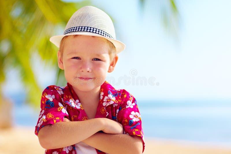 Ragazzo alla moda sveglio sulla spiaggia fotografia stock