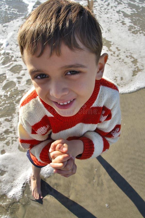 Ragazzo alla spiaggia immagine stock
