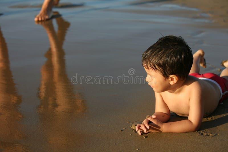 Ragazzo alla spiaggia fotografia stock