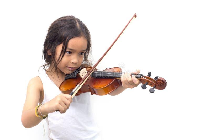 Ragazzo asiatico che gioca violino in maglietta fotografia stock
