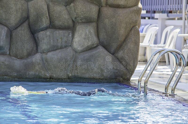 Ragazzo asiatico che tiene nuoto della schiuma nello stagno fotografie stock