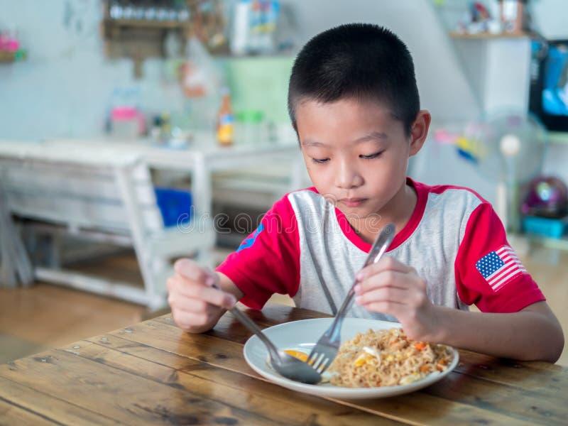 Ragazzo asiatico felice che mangia tagliatella deliziosa fotografie stock