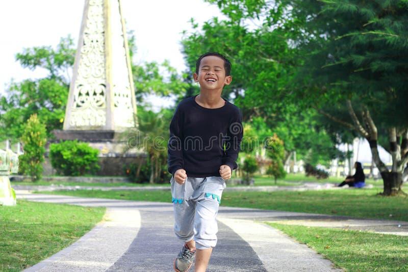Ragazzo asiatico felice nel parco fotografia stock libera da diritti