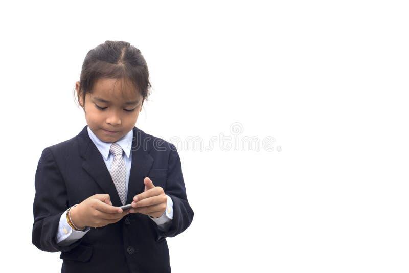 Ragazzo asiatico in quadrante del vestito sul telefono cellulare sopra bianco fotografie stock libere da diritti