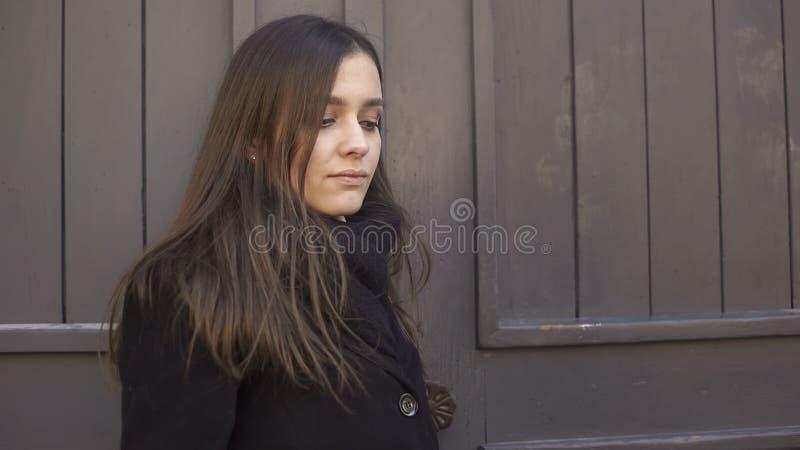 Ragazzo aspettante della donna insoddisfatta recente per la data, problemi di relazione, crisi immagine stock libera da diritti