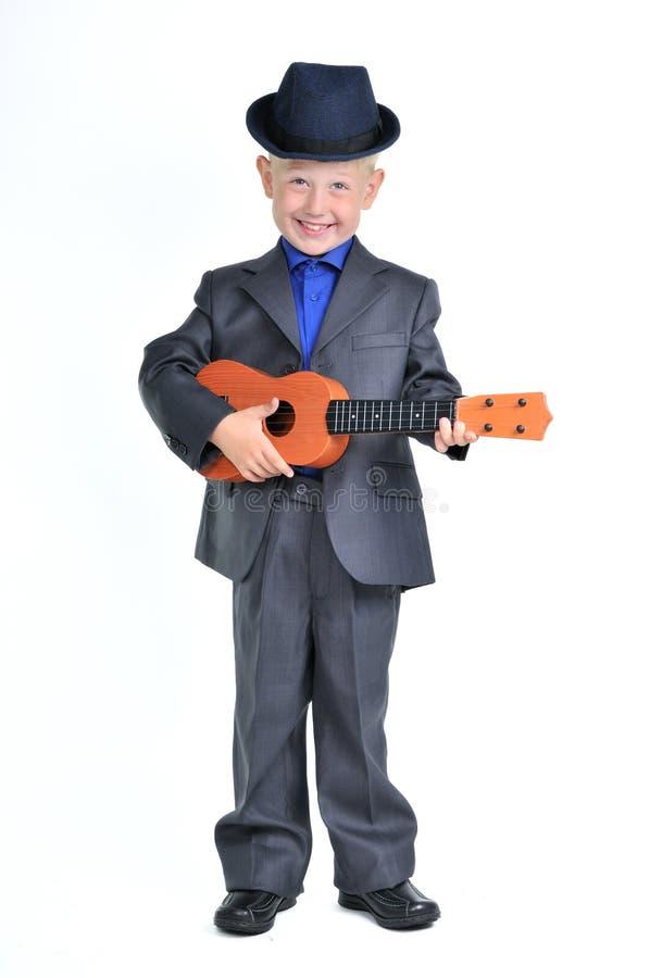 Ragazzo astuto con la chitarra immagini stock libere da diritti