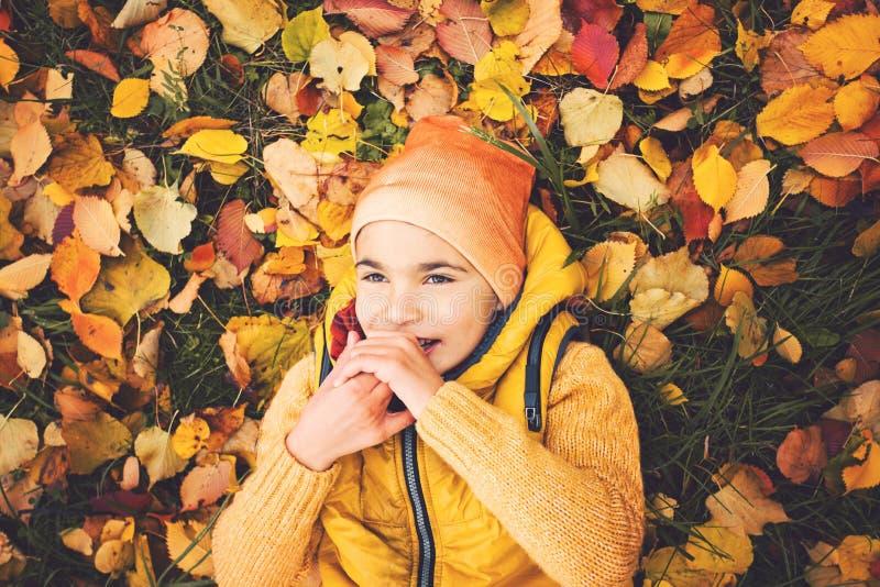 Ragazzo bello del piccolo bambino nel parco di autunno fotografia stock