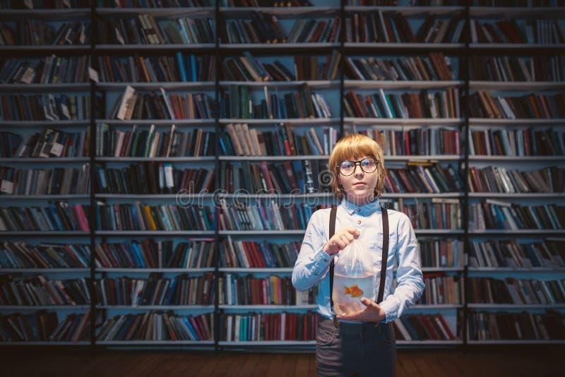 Ragazzo in biblioteca fotografia stock
