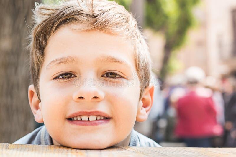 Ragazzo biondo sorridente fotografia stock