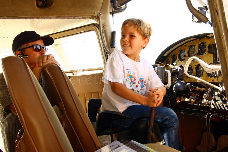 Ragazzo in cabina di guida dell'aeroplano privato immagini stock libere da diritti